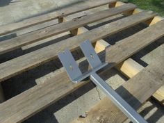 Pallet Disassembly Tool: Pallet Paw: I found this pallet tool to be extremely helpful in tearing down pallets to use the wood for projects. Fall Wood Projects, Diy Pallet Projects, Woodworking Projects, Pallet Ideas, Woodworking Plans, Pallet Crafts, Woodworking Furniture, Woodworking Tools, Woodshop Tools