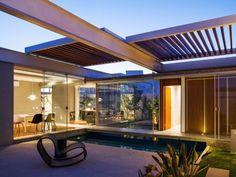 2014 - Uma casa que respeita o clima da região onde está é um bom exemplo da arquitetura contemporânea. Os arquitetos do escritório FGMF assinaram uma assim, em Bauru (SP): é a casa das Pérgolas Deslizantes