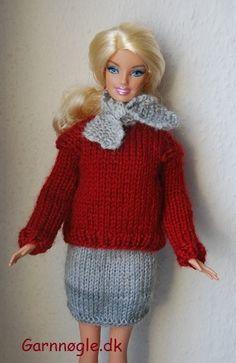 Så kan Barbie blive smart klædt på medet lækkert og lunt sæt. Sættetbestår af en kort, smart nederdel, en varm bluse samt et fikst lille halstørklæde som matcher nederdelen. Materiale: en rest lysegrå samt rest mørkerødt uldgarn Alle delene strikkes på pinde nr. 3 Strikkefasthed: 28 m = 10 cm Nederdel: Slå 48 m op på pinde nr. 3 og strik 4 pinde ret frem og tilbage, herefter strikkes glat. Når arbejdet måler 6 cm, tages ind på hver 3 maske fordelt over pinden, på næste pind strikkes vr... Barbie Knitting Patterns, Barbie Clothes Patterns, Crochet Barbie Clothes, Clothing Patterns, Doll Clothes, Barbie And Ken, Barbie Dolls, Cheap Christmas Ornaments, Easy Crochet Hat