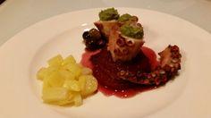 Polipo con cipolla caramellata al vino rosso, pesto grezzo di finocchietto, menta e patate in padella