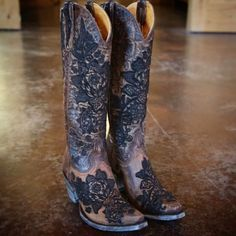Our cowboy boots bond the time-honored art of handmade boots with a contemporary flair for fashion. Old Gringo Boots are unique, comfortable and made with the highest quality leathers. Cowgirl Style, Cowgirl Boots, Western Boots, Riding Boots, Country Boots, Black Leather Shoes, Black Shoes, Leather Sandals, Estilo Country Chic