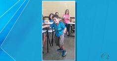 Garoto cadeirante anda pela 1ª vez na sala de aula e ganha aplausos; vídeo