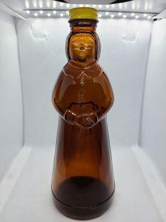 Vintage Dishware, Antique Glassware, Vintage Bottles, Antique Bottles, Antique Lamps, Vintage Kitchen, Old Glass Bottles, Brown Bottles, Glass Insulators