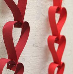 Geliebt wird überall und auf unterschiedlichste Art & Weise. Den Valentinstag nutzen viele Menschen mittlerweile dafür ihren Liebsten genau dieses Gefühl in Zucker- oder Blumen-Form gegossen zu zeigen. Wir haben euch deswegen eine Herzgirlande gezaubert, mit der ihr diesen Herzenstag liebevoll dekorieren könnt. Herz an Herz geht es mit dieser Girlande in den Valentinstag. Dieses …