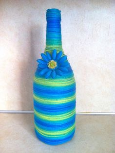 This one is a wine bottle wrapped in yarn with some christmas decor! Glass Bottle Crafts, Wine Bottle Art, Diy Bottle, Wine Craft, Wine Cork Crafts, Jar Crafts, Yarn Bottles, Reuse Bottles, Things To Make With Yarn