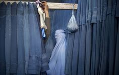 Una donna afgana prova un nuovo burqa in un negozio a Kabul. (Anja Niedringhaus, Ap/Lapresse)
