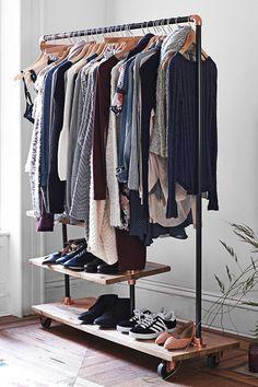 """Essa pode até ser uma boa saída para quem tem um orçamento apertado ou pouco espaço em casa. No entanto, a realidade nos obriga a pensar duas, três vezes antes de colocá-la em prática: """"como vou acomodar todas as minhas roupas em cabides?""""; """"vou ter disciplina suficiente para manter tudo em ordem sempre?""""; """"como lidar com o pó?""""; """"e os sapatos? - See more at: http://www.casadevalentina.com.br/blog?offset=4#sthash.OATPHxSJ.dpuf"""
