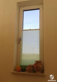 Wohnlich wird's mit der passenden Fensterdeko - hier ein grünes Plissee Faltrollo der Marke sensuna®
