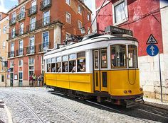 Le tram 28 pour l'Alfama Air France, Places In Portugal, Madrid, Station Balnéaire, New Africa, Belle Villa, New World Order, City Break, Week End