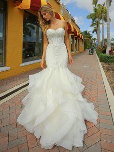 Figurbetontes, spitzenbesetztes Brautkleid im Fit and Flare-Stil. Fit And Flare, Wedding Reception, Wedding Day, Ariel Dress, Bodice, That Look, Wedding Dresses, Sexy, Floral