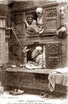 Двухярусная кровать. Обычно использовалась в однокомнатных домах Франции. Такое сооружение позволяло уединится, а так же сильно помогало сохранять тепло зимними ночами.