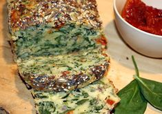 Light cake with spinach and sun-dried tomatoes WW, recipe for a tasty very light savory cake, ultra-soft, easy and quick to make. Gluten Free Vegetarian Recipes, Healthy Salad Recipes, Beef Recipes, Christmas Dinner For Two, Vegetarian Christmas Dinner, Cake Legumes, Brunch Recipes, Breakfast Recipes, Party Food And Drinks