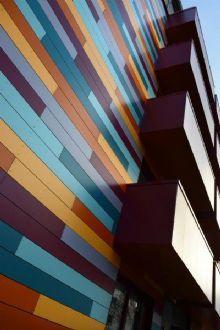 Architectura - Sociaal flatgebouw krijgt kleurrijk 'patchwork'-geveldesign @ROCKPANEL Group Group
