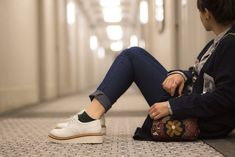 10-pecas-e-acessorios-que-valem-pena-levar-na-mala-de-viagem-danielle-noce-6 Look Formal, Converse, Times Square, How To Make Hair, Hair Looks, Sneakers, Youtube, Fashion, Oversized Scarf