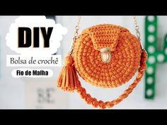 O tutorial dessa semana é de uma bolsa mega estilosa, conhecida como bolsa sereia, porque tem esse formato de conchinha, ela é bem a cara do verão. Vem ver! Crochet Box, Crochet Crafts, Crochet Lace, Crochet Projects, Crochet Clutch Pattern, Crochet Patterns, Crochet Handbags, Crochet Purses, Diy Clutch