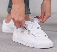 PUMA continue de créer des sneakers bien girly à l'image de ce nouveau Puma Basket Heart Patent Leather Pack comprenant deux coloris. La première paire revêt du cuir verni noir avec des lacets oversize qui donne un rendu noeud, contrasté par une semelle b