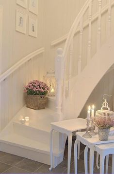 The way the stairway is painted, it looks open underneath. ❤️ a white staircase