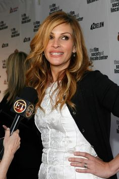 Julia Roberts Danny Moder bought this engagement ring for Julia Roberts in a shopping mall in and it's reported to have cost him a. David Rockefeller, Julia Roberts Hair, Jennifer Aniston Style, Pretty Hair Color, Celebrity Engagement Rings, Celebrity Makeup, Celebrity Jewelry, Engagement Celebration, Pretty Hairstyles