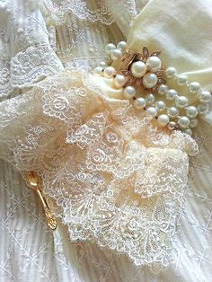 Ana Rosa : pearls and lace Sleeves Designs For Dresses, Sleeve Designs, Antique Lace, Vintage Lace, Vintage Teacups, Vintage Pearls, Dress Vintage, Vintage Accessoires, Pola Lengan