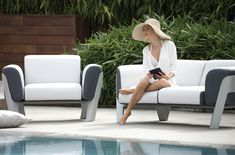 Generous cushions set in their aluminum structure. Bienvenue invites you to comfort and conviviality. Design by Agence Auvray. Choice of 22 different frame finishes with corian or resin swivel top. Outdoor Sofa, Outdoor Living, Outdoor Furniture, Outdoor Decor, Sofas, Paris Model, Fabric Combinations, Small Sofa, Swimming Pools