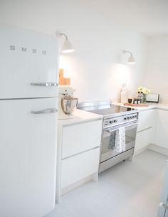 Smeg Kühlschrank - weiß - Gubi Wandlampen - weiße Küche matt - Kitchenaid