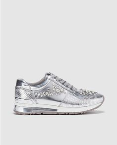 Zapatillas deportivas de mujer Michael Kors plateadas con estampado. Modelo ALLIE WRAP TRAINER.