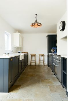 A beautifully renovated kitchen in Worcestershire. Our Country Mix Tumbled Travertine looks amazing on the floor. Cheap Kitchen Floor, Kitchen Flooring, Kitchen Backsplash, Kitchen Countertops, Backsplash Ideas, Travertine Floors, Stone Flooring, Cosy Kitchen, Kitchen Decor