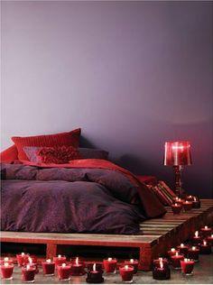 chambre couleur rouge prune lit palette bois - Chambre Beige Et Prune