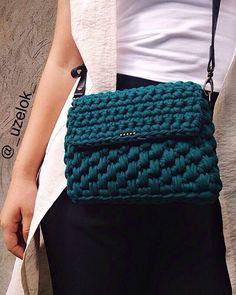 Нравится мне обновлённая каруселька в инстаграме На фото вязаная сумочка с ремешком из натуральной кожи, была сделана на заказ.Возможен повтор в различных цветах #uzelokbags