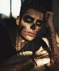 Halloween Makeup Ideas If you're looking for the perfect Halloween make-up, you've come to t Face Paint For Men, Skull Face Paint, White Face Paint, Skull Face Tattoo, Halloween Skull Makeup, Skeleton Face Paint Easy, Man Skull Makeup, Mens Skeleton Costume, Artistic Make Up