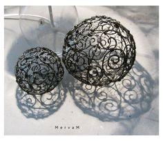 Krajkovaná koulička - velká Drátované kouličky jsou vyrobenyz černošedého drátu. Kouličky slouží jako dekorace. Lze je jen tak položit, ale i pověsit do prostoru. Průměr kouličky: cca 10 cm Podobné zboží najdeze zde: Koulička malá: bude doplněno Košík: bude doplněno Lampa:http://www.fler.cz/zbozi/krajka-s-rosou-stolni-lampa-4207944 Děkuji za dodržování autorských ...