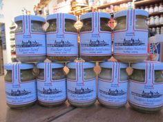 Im Angebot viele verschiedene Marmeladen, Öle und Senfspezialitäten.
