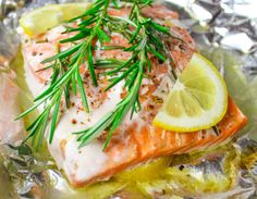 Baked Rosemary Salmon in Foil - Cooks in done in 20 Minutes and clean up is a breeze! Rosemary Fish Recipe, Rosemary Recipes, Oven Baked Salmon, Baked Salmon Recipes, Fish Recipes, Frozen Salmon, Lemon Salmon, Cooking Recipes, Healthy Recipes