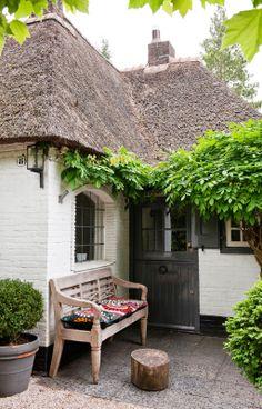我們看到了。我們是生活@家。: 位在荷蘭Larens,美麗的茅草壓製屋頂,像是童話般的可愛小屋!