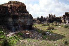 Lanzarote - Brüchige Felsen, welche durch Wind und Wetter so geformt wurden