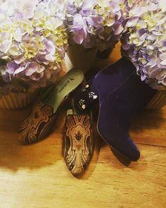 Hoje a @bluebirdshoes apresenta seu Inverno 2017 no restaurante @ninocucina que já chega agora este mês as lojas da marca. Inspirado nos anos 80 o colege sempre presente nas coleções chegam reformulados no que elas chamam de #becktoschool e agregam referências super a cara da década! A novidade são as novas mules e as botas que já chegam como desejo a clientela fiel e colecionadora da marca! (Por @rodrigoyaegashi)  via HARPER'S BAZAAR BRAZIL MAGAZINE OFFICIAL INSTAGRAM - Fashion Campaigns…