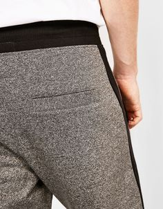 Calças jogger contrastes. Descubra esta e muitas outras roupas na Bershka com novos artigos cada semana