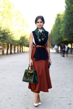 10 Street Styling Tricks from Fashion Week Belt a scarf to make it a vest. A cozy trick for fall, this can be done with thick knitted versions (like in this photo) or thin silk versions just as well. Look for vintage or patterned peices to layer over a plain tee shirt, then throw a cardigan or jacket over that.