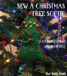 This Christmas tree softie is an easy hand sewing project for adults or kids and can be decorated in lots of different ways. Christmas Crafts To Sell, All Things Christmas, Christmas Diy, Holiday Crafts, Crafts To Make And Sell Unique, Construction Paper Crafts, Diy Wedding On A Budget, Hand Sewing Projects, Giant Paper Flowers