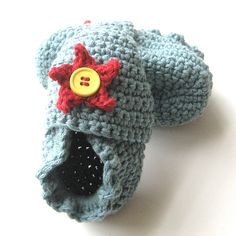 Adorable!                                      Ravelry: ORIGINAL STAY ON ROBEEZ STYLE CROCHET BABY BOOTIES pattern by Angela Juergens $7