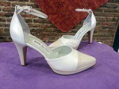 Estos zapatos son de una novia que los combinó en dos tonos, blanco roto y beige, y éste es el resultado, estos zapatos de punta hacen un pie muy bonito y estilizado.