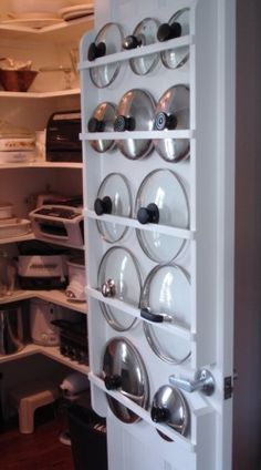 Uma das coisas que mais aborrecem quem quer ter uma cozinha arrumada e organizada são as tampas, sejam elas dos tachos, das panelas ou das caixas plásticas; hoje, trago algumas ideias para as tampa...
