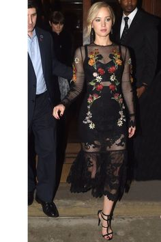 Jennifer Lawrence looking gorgeous in a black lace dress with floral embellishments! A great evening look | Jennifer Lawrence è bella in un vestito nero con gli applicazione floreale! Un bello look per la sera