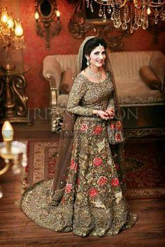 33 Pakistani Bridal Lehenga Designs to Try in Wedding - LooksGud. Pakistani Bridal Lehenga, Pakistani Wedding Outfits, Indian Bridal Outfits, Pakistani Dresses, Pakistan Bride, Pakistan Wedding, Lehenga Designs, Couple Wedding Dress, Beaux Couples