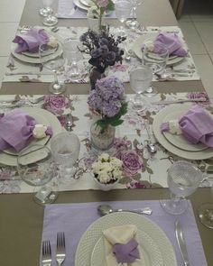 NOTE how 2 runners cross table horizontally. 2 coordinating place mats fill the ends of the table. Ribbons for napkin rings vary with runner/mat below the plate.― 「Nada como uma mesa elegante para receber convidados, não é mesmo? Purple Table Settings, Beautiful Table Settings, Christmas Table Decorations, Decoration Table, Purple Table Decorations, Dining Room Sets, Elegant Table, Easter Table, Table Arrangements