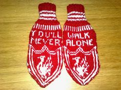 : Liverpoolvotta til voksen! Mittens Pattern, Knit Mittens, Liverpool Fans, Manchester, Knitting Patterns, Diy And Crafts, Knit Crochet, How To Wear, Strand