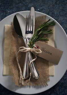 schlichte Tischdekoration die auch schnell Last-minute gedeckt ist. Besteckset aus Messer, Gabel und Löffel mit Rosmarin und Jute kombiniert ist. Daran gebunden ein Selbstgeschriebenes Namensschild.