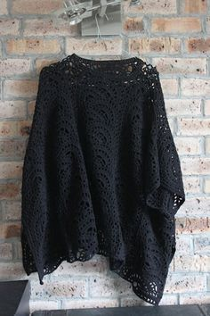 I always wanted to crochet a poncho. And then it happened: I finally chose the style and found the pattern. Poncho Crochet, Crochet Shawls And Wraps, Crochet Jacket, Crochet Scarves, Diy Crochet, Crochet Clothes, Crochet Patron, Crochet Sweaters, Knitted Shawls