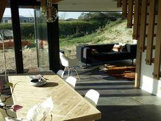 Geniet van rust en privacy middenin de duinen op 300 meter van het strand in Ouddorp. Deze vijf sterren vakantievilla van 110m2 biedt met 3 slaapkamers, 2 badkamers, 1 buitendouche en 2 toiletten alle luxe en comfort voor 8 personen met een enorme tuin. Het huis staat middenin het natuurgebied vlakbij de vuurtoren van Ouddorp, waaraan dit vakantiehuis zich de naam 'The Lighthouse' heeft ontleend. Dit vakantiehuis heeft een sauna met buitendouche en staat op loopafstand van het… Holland, Pers, Camping, Patio, Outdoor Decor, Room, Home Decor, Hu Ge, Interiors
