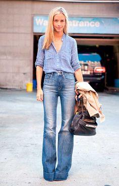 Foto de street style com look all jeans de camisa e calça flare